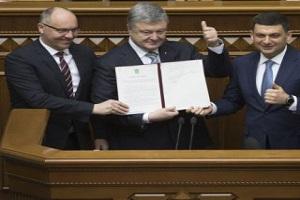 Курс на ЄС і НАТО взято: Порошенко підписав зміни до Конституції